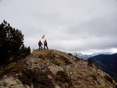 Cim del Cadinell, amb el Pedraforca encapotat al fons