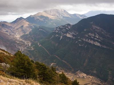 Josa, la Coma de Cerneres i el Pedraforca encapotat al fons vist des del cim