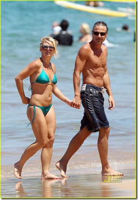 britney-spears-bright-green-bikini-maui-jason-trawick-kiss-10