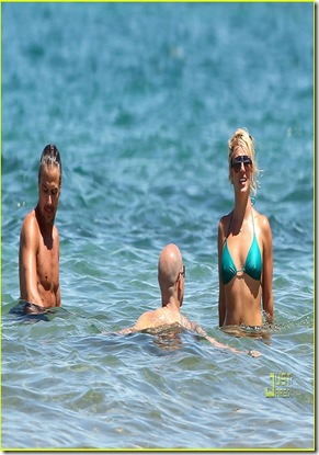 britney-spears-bright-green-bikini-maui-jason-trawick-kiss-01