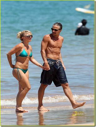 britney-spears-bright-green-bikini-maui-jason-trawick-kiss-02