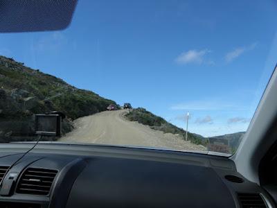 ガードレールがない未舗装路