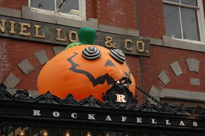 店の入口の上に巨大かぼちゃ