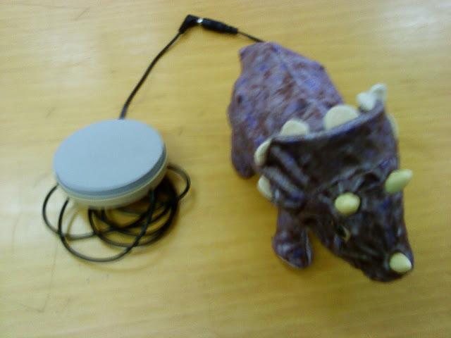 Foto de un juguete adaptado: peluche al que se le ha acoplado un pulsador