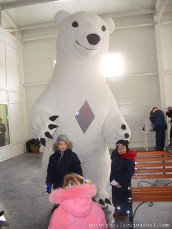 Масленица в Киеве. Большой белый медведь развлекает детей.