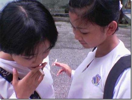 Pelajar cewek merokok