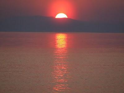 Sonnenuntergang - Der rote Feuerball versinkt hinter dem Kamm des Baikalgebirges am Westufer des Sees.