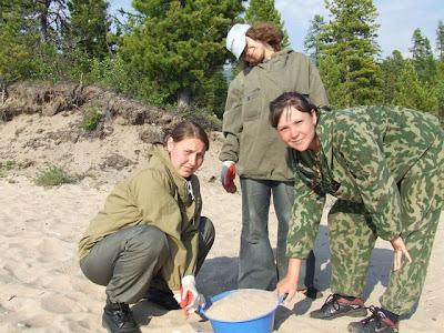 Die Mädchen schleppten Unmengen Sand vom Strand zum Bauplatz - meistens in Plastikschüsseln.