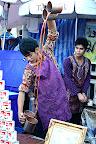 Un charmant jeune homme fait mousser le thé thai
