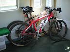 Rowerki grzecznie stoją w pociągu. Powinno być ich dwa razy więcej, ale organizator wypadu okazał się miękką frytą i nie przyjechał ;-)