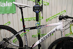 """Cannondale Flash - naprawdę lekkie ustrojstwo. Waga sub 9kg jest oczywiście dla """"gołego"""" roweru, bez pedałów, z czystą kierownicą, bez rogów itd... Mimo wszystko imponujące, bo to oznacza że da się z tego zmontować rozsądny i działający rower w wadze ok 9.6kg."""