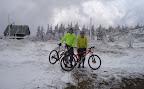 Wszystko we śniegu i temperatura poniżej 0 stopni. Niektórzy uczestnicy wycieczki już zaczynają zamarzać.