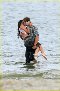 miley-cyrus-liam-hemswroth-kiss-15