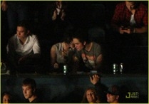 robert-pattinson-kristen-stewart-concert-couple-08