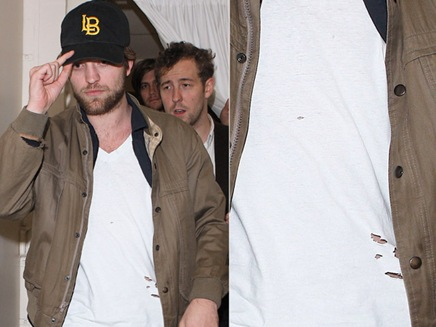 Robert pattinson con la ropa rota