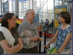 El Presidente del Jurado y la Representante de Fiat, charlando con Celia Blanco Medina tras la entrega del Premio.