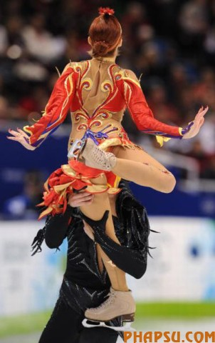Russia's Jana Khokhlova and Sergei Novitski perform in the Ice Dance Free program at the Pacific Coliseum in Vancouver, during the 2010 Winter Olympics on February 22, 2010. AFP PHOTO / YURI KADOBNOV (Photo credit should read YURI KADOBNOV/AFP/Getty Images)