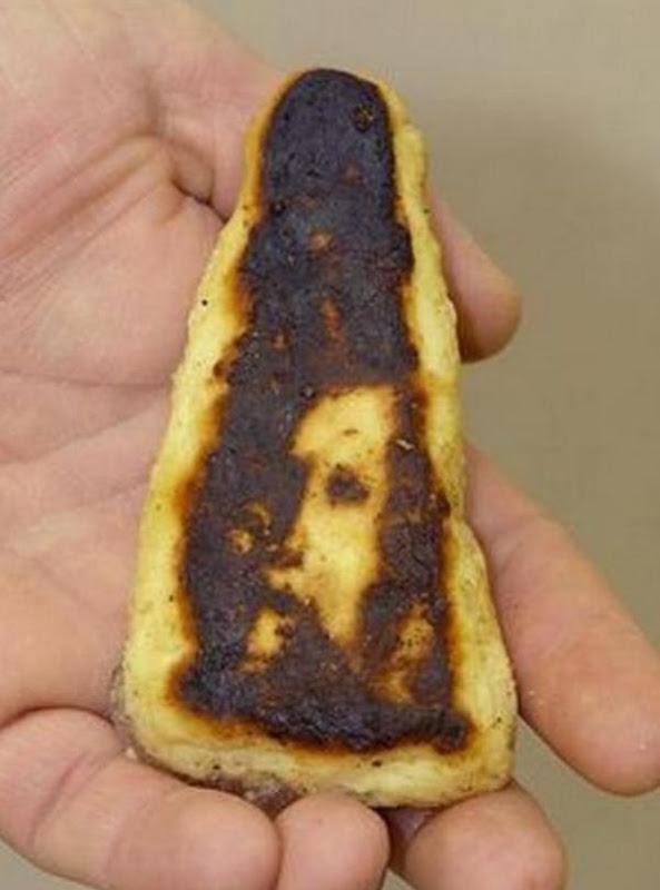 Jēzus seja piedegušā picas šķēlē
