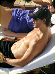 ryan-kwanten-shirtless-sunbathing-in-hawaii-03