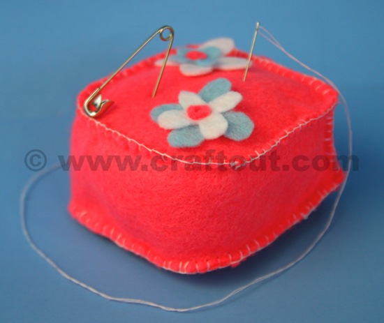 needle_pillow_felt_mothers_day_craft