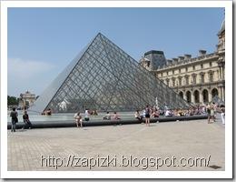 Пирамида во дворе Лувра, Париж