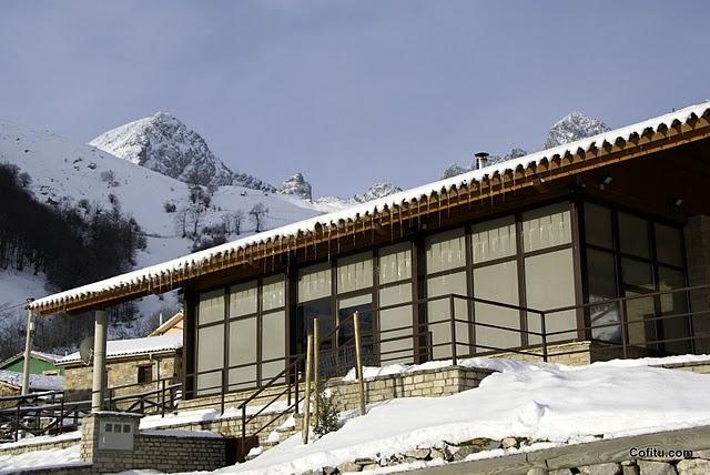Centro de información de Tuiza con nieve