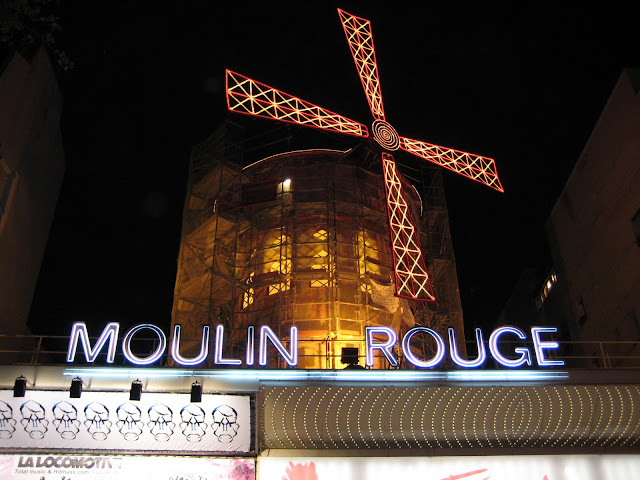 Kabaret Moulin Rouge v noci.
