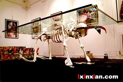 另类的骷髅桌(Skeleton Table)-爱新鲜