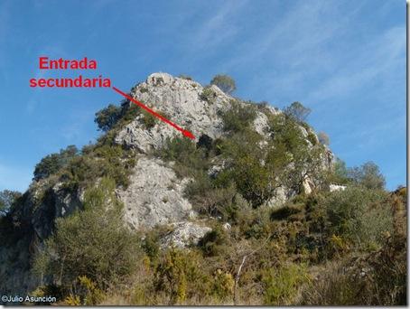 Vista de la entrada secundaria de la cueva desde la pista - Vall d´Ebo