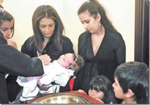 Primeiro batismo de filho de gays e realizado na Argentina