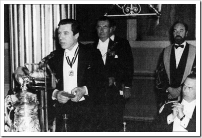 Daniels recebendo a Medalha Thompion