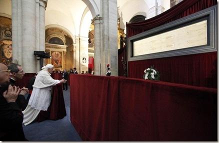 Benedicto XVI ante la Sábana Santa