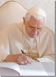 Benedicto XVI firmando