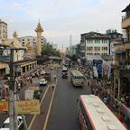 Yangonin katuelämää. Horisontissa liikenneympyrä