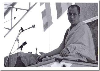 Il Dalai Lama al termine di una lezione 1979