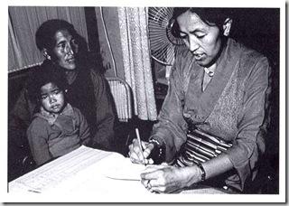La dottoressa Lobsang nel suo studio con un piccolo paziente McLeod Ganij 1980