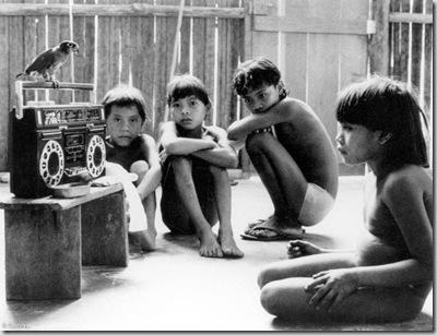 Niños yanomami en Demeni, Brasil.