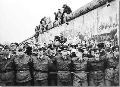 Folla riunita nei pressi della porta di Brandeburgo per festeggiare la caduta del Muro, Berlino, 12 novembre 1989 - © ADN-Bildarchiv - Ullstein Bild - Archivi Alinari