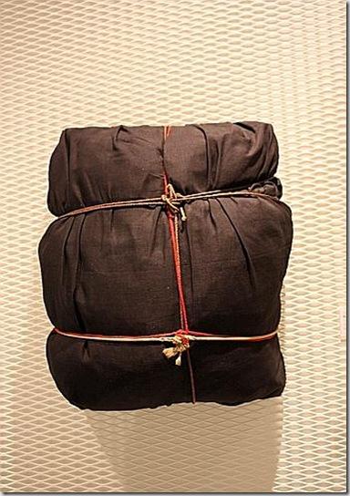 Christo, Package, 11963, tessuto e corda su legno, cm 48x42x22 - foto di Mariangela Maritato