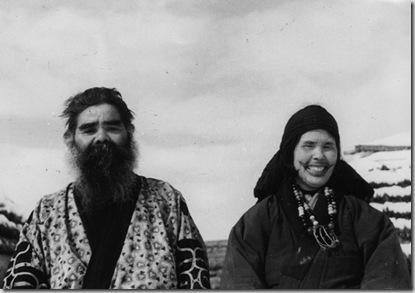 Uomo Ainu e donna Ainu col tatuaggio intorno alla bocca, villaggio di Nibutani, 1939