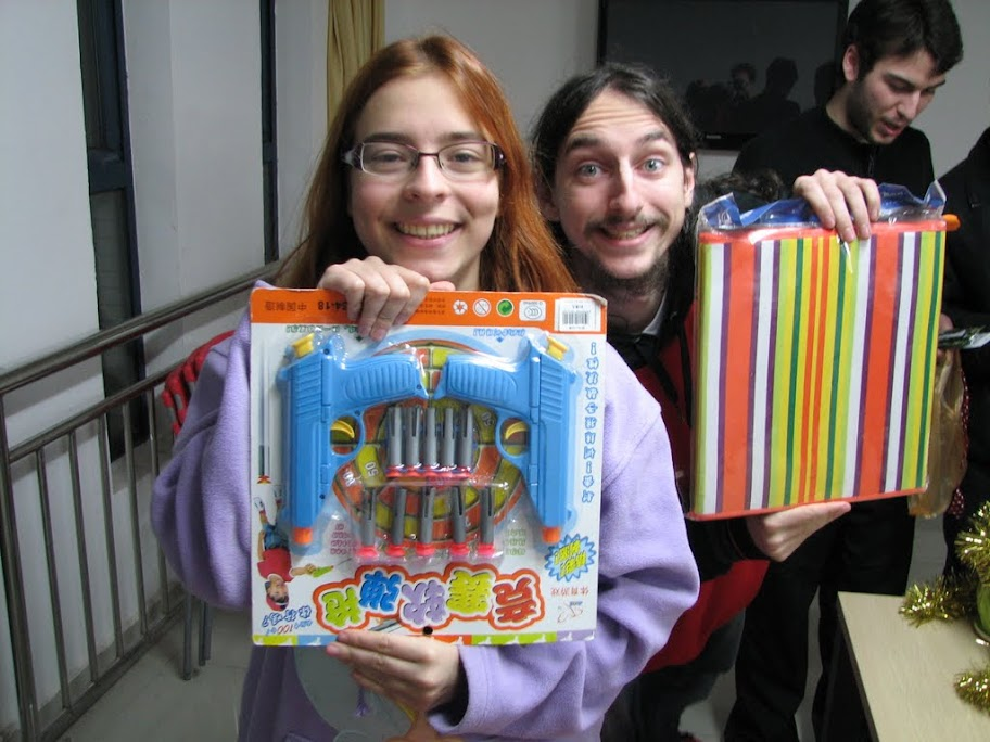 Elody et Steph' 'vec leurs cadeaux.