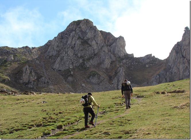 Un poco antes de llegar al ibón de Ansabere abandonamos la senda principal y nos deviamos hacia la izda