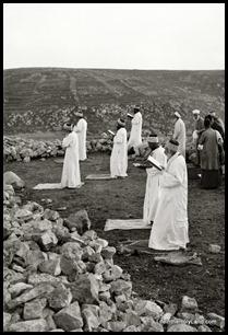 Samaritan Passover, praying standing, mat01846