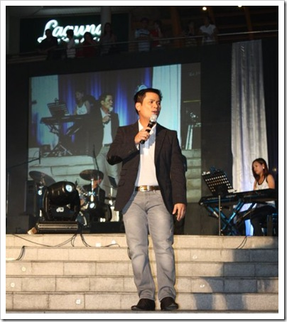 Ogie Alcasid pays tribute to George canseco during his concert at the Ayala Center Cebu's The Terraces