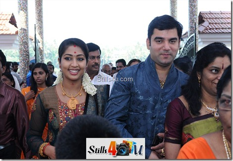 navya_nair_with_husband_Pinaryi_home