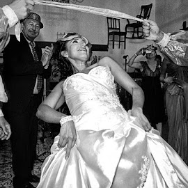 limbo dance bride by Rafael Arnoldo Martínez Zúniga - Wedding Reception ( limbo, wedding, bride, granada, dance )