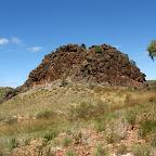 Ein Felsen steht mitten in der Wüste.