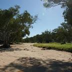 Auf dem Weg zum Campingplatz. Quer zu diesem Bachbett fahren wir im Sand.