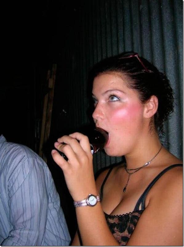 Garotas bebendo cerveja de forma estranha (11)
