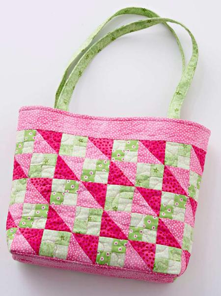 Bolsa feita com quadradinhos de tecido